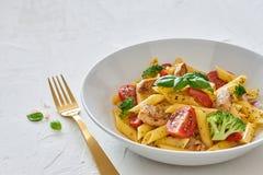 Alimento italiano: Insalata di pasta di Fusilli con il condimento italiano immagini stock libere da diritti