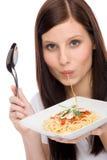 Alimento italiano - la donna del ritratto mangia la salsa di spaghetti Immagini Stock Libere da Diritti