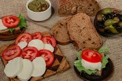 Alimento italiano - mozzarella, pomodori, olive, pasta di olive e pane Fotografia Stock Libera da Diritti