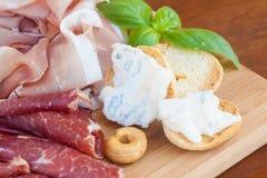 Alimento italiano na placa de desbastamento Foto de Stock