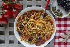 Alimento italiano: pasta con i pomodori, olive e capperi, chiamati messi Fotografia Stock