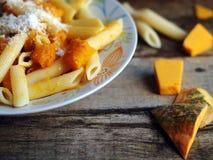 Alimento italiano - pasta di Penne con la zucca fotografie stock