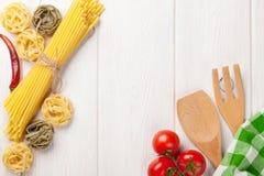 Alimento italiano que cozinha ingredientes Massa, vegetais, especiarias fotos de stock royalty free