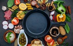 Alimento italiano que cozinha ingredientes no fundo de pedra escuro com i fotografia de stock royalty free