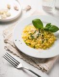 Alimento italiano Risoto com queijo em uma placa branca em um fundo branco imagem de stock