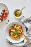 Alimento italiano: Salada de massa de Fusilli com molho italiano fotos de stock