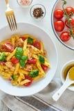 Alimento italiano: Salada de massa de Fusilli com molho italiano imagem de stock