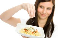 Alimento italiano - salsa de queso rallado del espagueti de la mujer imagen de archivo libre de regalías