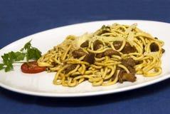 Alimento italiano - spaghetti con la salsa della carne di cervo Immagine Stock