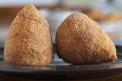 Alimento italiano típico: o alimento siciliano chamou o arancini Fotografia de Stock Royalty Free