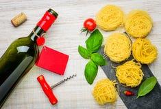 Alimento italiano, tagliatelle e vino della bottiglia Immagine Stock