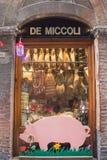 Alimento italiano tipico Un venditore italiano tipico a Siena che vende prosciutto, formaggio, vino Fotografia Stock