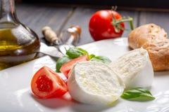 Alimento italiano tradicional - italiano branco do búfalo da mussarela da bola fotos de stock royalty free