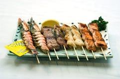 Alimento japonés, pinchos mezclados Foto de archivo