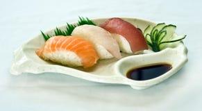 Alimento japonés, placa del sushi, pescados sin procesar rebanados, Foto de archivo libre de regalías