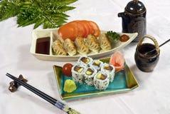 Alimento japonês, bandeja de Maki do sushi imagens de stock royalty free