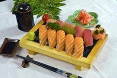 Alimento japonês, bandeja do sushi foto de stock royalty free
