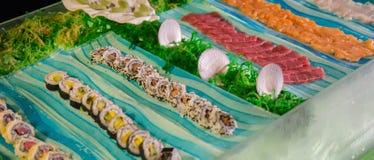 Alimento japonês Barra de sushi peixes cortados crus Imagem de Stock Royalty Free
