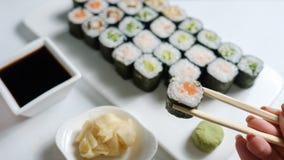 Alimento japonês caseiro da culinária dos rolos de sushi foto de stock