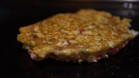 alimento japonês de 4K Okonomiyaki Cozinhar Monjayaki fritou no restaurante de Japão video estoque