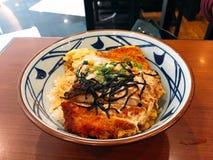 Alimento japonês do close-up, arroz friável da carne de porco imagem de stock royalty free