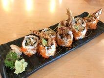 Alimento japonês do rolo da aranha feito da carne de caranguejo fritada, ovo, abacate, pepino para dentro imagem de stock