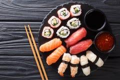 Alimento japonês do sushi Os ands de Maki rolam com atum, salmões, camarão, caranguejo e abacate com close-up de dois molhos em u fotos de stock