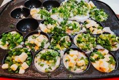 Alimento japonês do traditioinal Takoyaki na bandeja fotos de stock royalty free