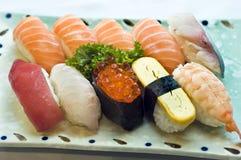 Alimento japonês, placa de sushi variado, foto de stock