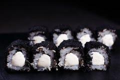 Alimento japonês, rolos de sushi no caviar preto foto de stock royalty free