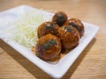 Alimento japonês Tako Yaki na placa branca Imagem de Stock
