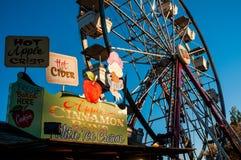 Alimento justo e uma roda de Ferris no sanduíche justo, sanduíche, New Hampshire, o 14 de outubro de 2014 Imagens de Stock
