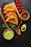 Alimento latino-americano, mexicano, chileno Empanadas fritados tradicionais servidos com molho do tomate e do abacate em um fund fotografia de stock