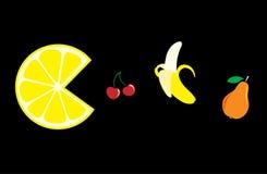 Alimento Limon, cereza, plátano y pera en un fondo negro Fotos de archivo libres de regalías