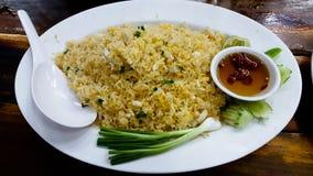 Alimento locale tailandese, riso fritto con il granchio Immagine Stock