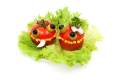 Alimento loco - los tomates rellenaron la ensalada de pollo foto de archivo