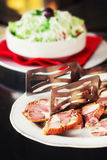 Alimento macedone tradizionale - salsiccia di krvavica con l'insalata di shopska Fotografia Stock
