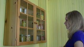 Alimento marinato gabinetto della ragazza stock footage