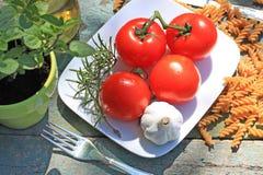 Alimento, massa e tomates saudáveis Fotos de Stock Royalty Free