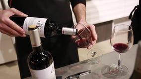 Alimento matrice della classe sulla cucina Il barista versa il vino rosso nel bicchiere di vino stock footage