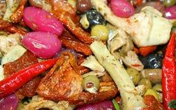 Alimento mediterrâneo com cebolas e pimentas para a venda no marke Imagem de Stock