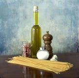 Alimento mediterraneo: olio, aglio, tagliatelle del peperoncino rosso immagine stock libera da diritti
