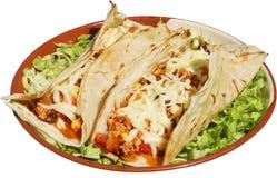Alimento messicano con formaggio ed insalata verde in piatto tradizionale con le tortiglii Fotografia Stock