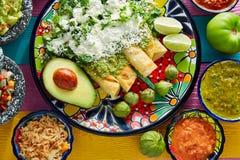 Alimento mexicano dos enchiladas verdes com guacamole imagens de stock