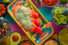 Alimento mexicano dos enchiladas vermelhos com guacamole Fotografia de Stock