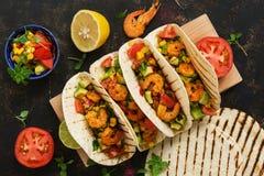 Alimento mexicano Tacos caseiros com molho do camarão, do abacate e da salsa em um fundo rústico escuro aéreo fotos de stock royalty free