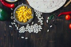 Alimento mexicano - tortilha com vegetais, milho e feijões foto de stock