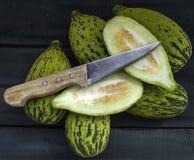Alimento minuscolo crudo e non maturo del melone per perdere peso, intestini del melone di funzionamento, vitelli ipocalorici, Fotografia Stock Libera da Diritti