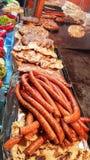 Alimento misto crudo ed arrostito della carne su un bordo caldo della griglia in un mercato all'aperto fotografie stock libere da diritti