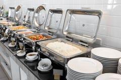 Alimento na tabela de bufete com dishware imagem de stock royalty free